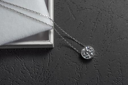 다이아몬드가 세팅 된 아름다운 펜던트