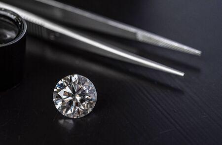 Pinzas de diamantes y joyas. Foto de fabricación de joyas