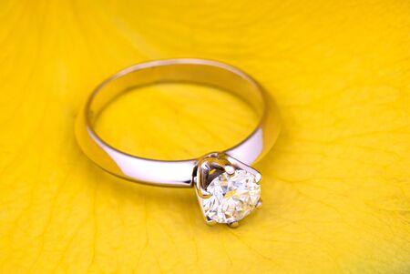 Engagement Diamond Ring on Yellow Rose Petal Standard-Bild