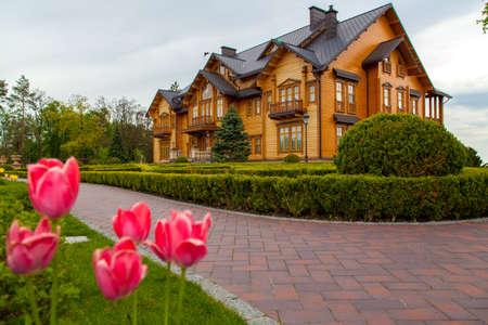 Houten mooi huis op een heuvel