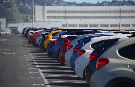 Gloednieuwe auto's opgesteld op een parkeerplaats