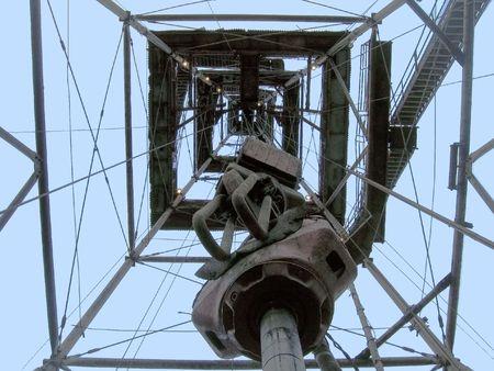 spiraglio: Sezione di un derrick contro il cielo