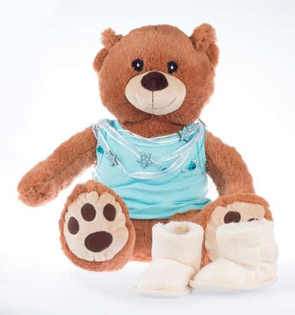 oso de peluche con camisa azul y cinta y zapatos, aislado en fondo blanco
