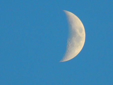 http://us.123rf.com/450wm/avatap/avatap1507/avatap150700295/44471342-Луна-на-голубое-небо.jpg