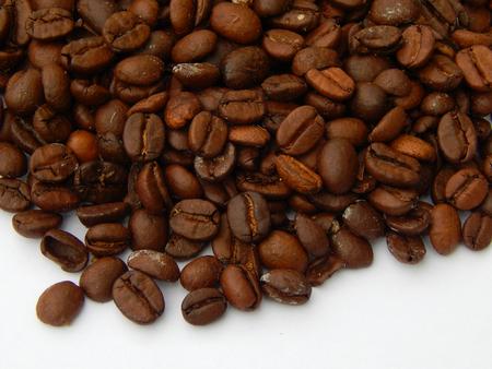 http://us.123rf.com/450wm/avatap/avatap1508/avatap150800059/43928399-Кофе-в-зернах-на-белом-фоне.jpg