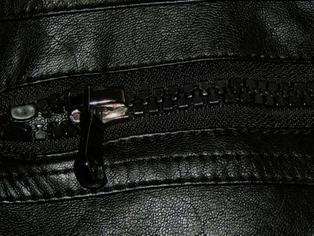 chaqueta de cuero: bolsillo con cremallera chaqueta de cuero de cerca Foto de archivo