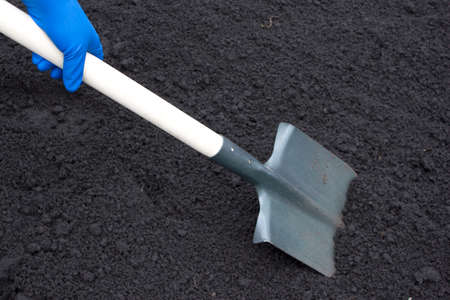 Shovel on field digging hole with spade in field Imagens