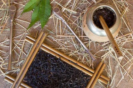 yerba mate: Calabash y bombilla con yerba mate en la arpillera