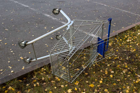 Shopping cart in a store parking lot Imagens