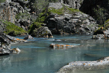felsiges Ufer des Meeres, schneller Fluss im Bergtal, Meeresbrandung am Sommertag