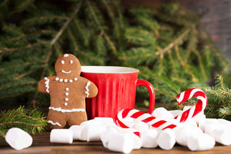 Hombre de jengibre, cerca, grande, copa roja, y, árbol de navidad, navidad, bastón, y, melcocha Foto de archivo - 84967034