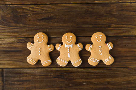 Ginger men on a wooden background. Gingerbread. Christmas cookies Zdjęcie Seryjne - 88309733