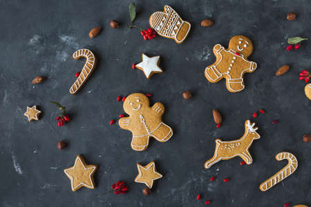Gingerbread  cookies on a gray background.  Christmas cookies.  Ginger men Zdjęcie Seryjne - 88309744