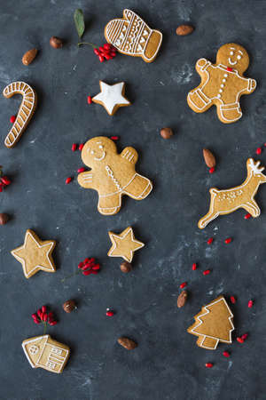 Gingerbread  cookies on a gray background.  Christmas cookies.  Ginger men Zdjęcie Seryjne - 88309671