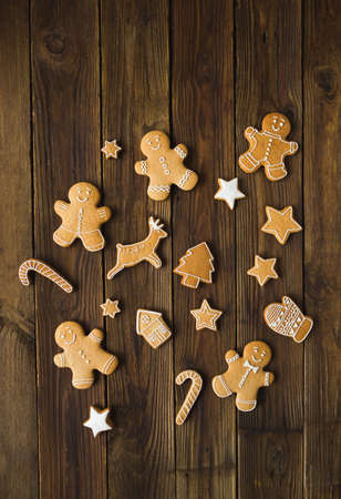 Christmas cookies  on a wooden background. Gingerbread. Zdjęcie Seryjne - 88309618
