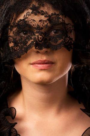 mourn: Giovane donna vestita attraente caucasica in lutto vestiti, volto parzialmente coperto Archivio Fotografico