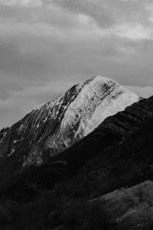 A black and white telephoto of a mountain range during a cloudy day Banque d'images