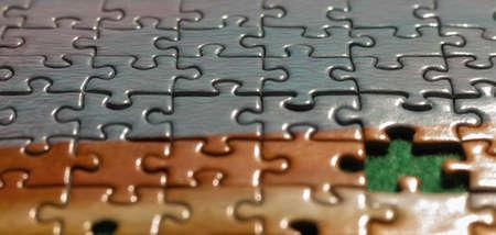 indem du die Teile des unvollständigen Puzzles in verschiedenen Farben und Formen zusammenfügst Standard-Bild