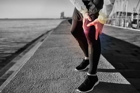 man close up: Infortunio al ginocchio - sport in esecuzione infortuni al ginocchio sull'uomo. Primo piano di gambe, muscoli e del ginocchio all'aperto. Maschio di forma fisica corridore con dolore da distorsione al ginocchio.