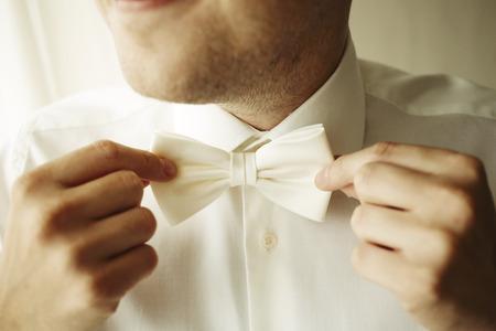 noeud papillon: Handsome d'affaires fixe son n?ud papillon