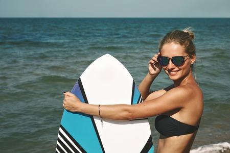 papalote: Retrato de las vacaciones hermosas rubias activos gasto verano de la mujer en la playa, disfrutando de tabla de kite. Foto de archivo
