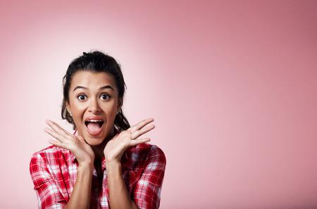 expresion corporal: Sorpresa asombró hermosa mujer de raza mixta. Mujer Retrato del primer sorprendido con incredulidad llena la boca abierta y las palmas aisladas sobre fondo. Positivo emoción humana expresión facial lenguaje corporal.