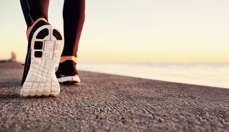 corriendo: Hombre Runner pies se ejecutan en primer plano de carreteras en el zapato. Hombre aptitud atleta basculador ejercicio en concepto de bienestar al amanecer. Deporte concepto de estilo de vida saludable