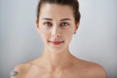 ojos azules: Belleza chica cara retrato. Hermosa modelo de mujer perfecta piel limpia y fresca. Mujer que mira la c�mara y sonriendo. La juventud y el concepto de cuidado de la piel. Aislado en el fondo Foto de archivo