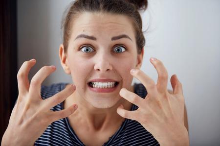 enojo: Retrato joven infeliz mujer enojada, molesta por el rostro humano algo reacción expresión de la emoción Foto de archivo