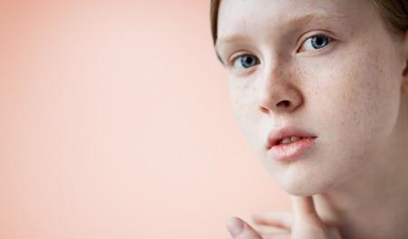 sexy young girl: Красота девушки лицо Портрет. Красивая модель женщина с веснушками идеальной свежей чистой кожи. Рыжая женщина смотрит на камеру. Молодежь и концепция ухода за кожей. Изолированные на фоне