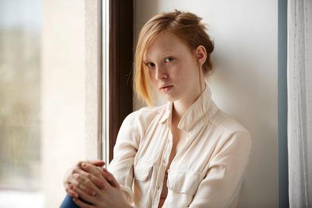 Gezicht van een aantrekkelijk meisje. Close-upportret van leuke rode haired en freckled jonge vrouw thuis. Stockfoto - 52008729