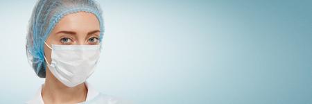 enfermera con cofia: joven m�dico o enfermera en la tapa y la m�scara de la cara. Foto de archivo