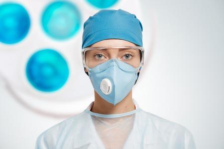 Close-upportret van wijfje een medische professionele chirurg.