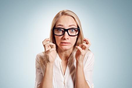 Close-up portret benadrukte, gefrustreerd geschokt zakelijke vrouw schreeuwen schreeuwen driftbui geïsoleerde muur achtergrond. Negatieve menselijke emotie gezichtsuitdrukking reactie houding