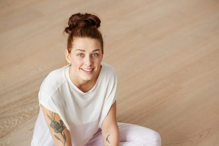 caras de emociones: mujer Retrato de detalle que parece sorprendida. Sentado en el suelo y relajante en el dormitorio