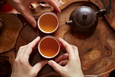 Bovenaanzicht thee set een houten tafel voor thee ceremonie achtergrond. Vrouw en man met een kopje thee Stockfoto - 53611254