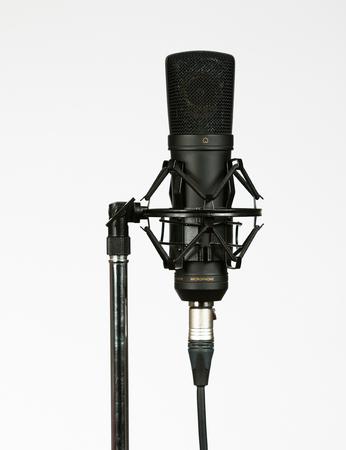 cardioid: Micrófono de condensador negro sobre fondo blanco