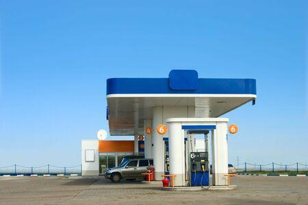 kilometraje: Gas estaci�n de repostaje y cielo azul