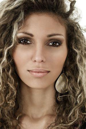 cabello rizado: Hermosa mujer con el retrato de pelo rizado