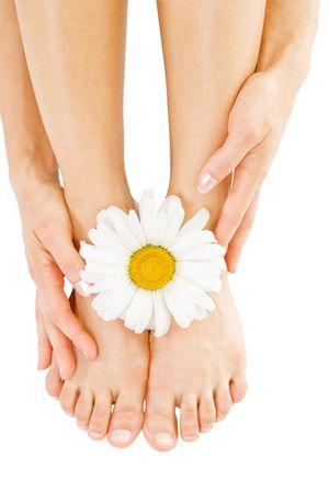 pies bonitos: Sexy piernas con flor de manzanilla aislado m�s de blanco