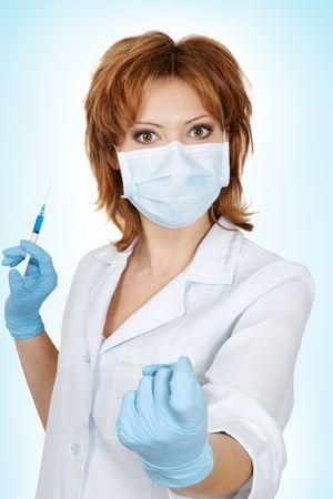 se�al de silencio: Doctor en medicina con beckoning a la inyecci�n de jeringa Foto de archivo