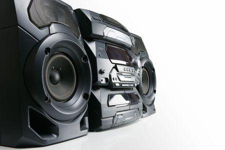 equipo de sonido: Sistema estéreo compacto cd y casete con radio aislado sobre fondo blanco