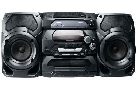 Système stéréo compact cd et lecteur de cassettes avec radio isolé sur fond blanc