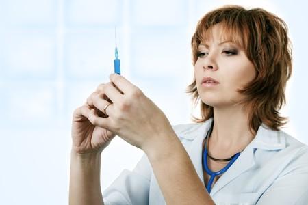 inyeccion: Doctor en medicina con jeringa aislado sobre fondo blanco
