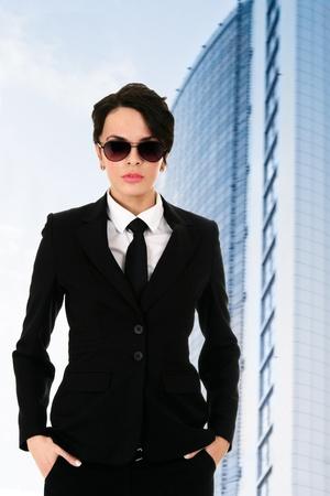agent de s�curit�: Agent de s�curit� contre l'immeuble de bureaux Confiant bleue Banque d'images