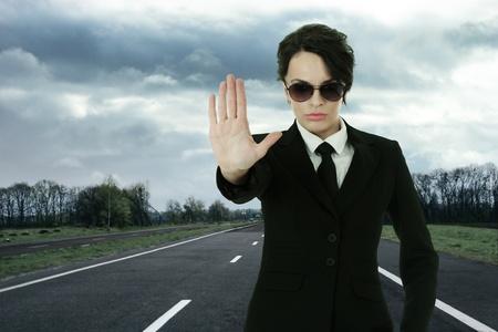 agent de s�curit�: Agent de service de s�curit� arr�ter le trafic sur la route