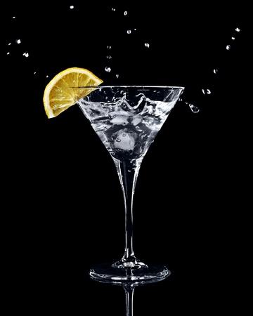 verm�: Vermut c�ctel dentro de la Copa de martini sobre fondo oscuro