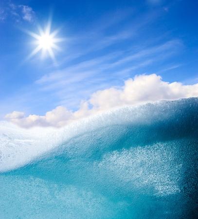 Fondo abstracto de ola de agua turquesa con sol brillante en el cielo azul