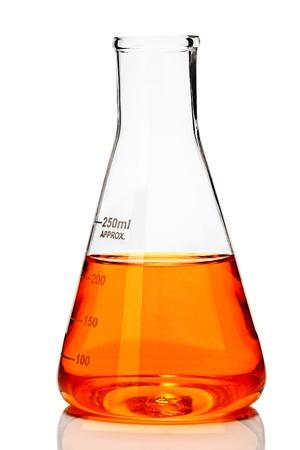 Fiole conique de chimie avec orange liquide Banque d'images