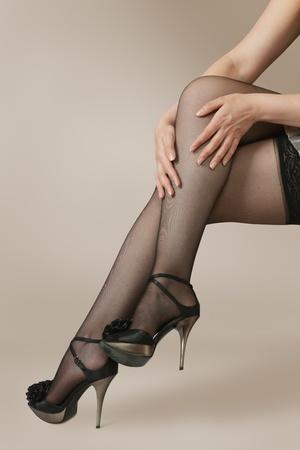 medias mujer: Sexys piernas femeninas en medias de nylon negro y zapatos de tac�n alto